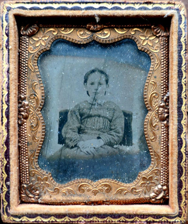 フランス 古道具 アンティーク 写真 オリエンタルアート 1860年代頃 フランス ガラス 湿板写真 真鍮 フレーム 少女 ポートレート h8.3cm
